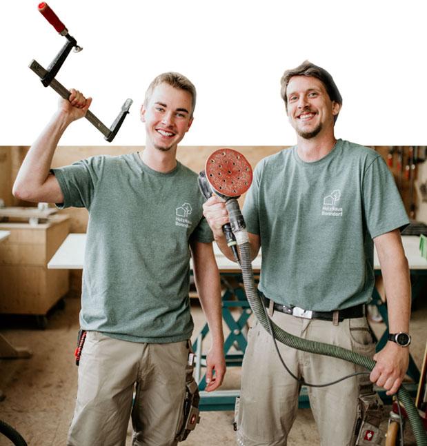 Zwei Schreiner mit Werkzeug